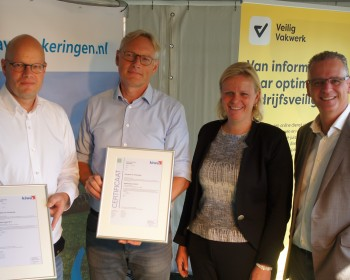 Kiwa overhandigt Appel Bouw en Beutech Agro certificaat reinigen mestopslag